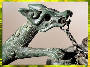 D'après un dragon, décor de cruche, bronze, corail et émail, IVe siècle avjc, tombe de Lower Yutz, Moselle, Gaule celtique, art Celte. (Marsailly/Blogostelle)