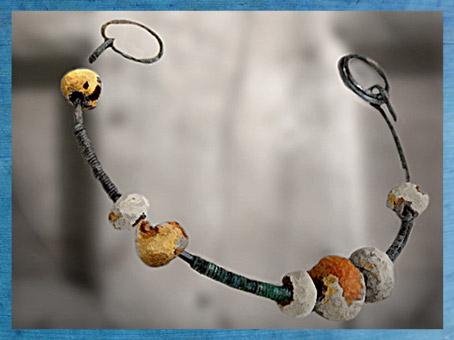 D'après un collier en perles d'ambre, vers le Ier siècle apjc, La Tène, Gaule celtique. (Marsailly/Blogostelle)