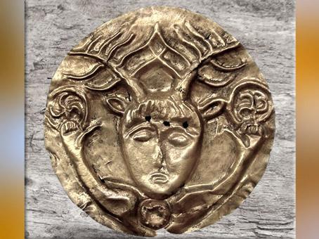 D'après un dieu celtique coiffé de bois de cerf, qui brandit deux triskèles, phalère, or, Ier siècle avjc, La Tène, deuxième âge du Fer. (Marsailly/Blogostelle)