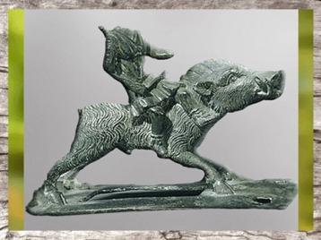 D'après une enseigne guerrière, sanglier et Diane Chasseresse, bronze, Ier siècle avjc-Ier siècle apjc, La Tène, Gaule celtique. (Marsailly/Blogostelle)