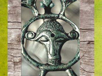 D'après une figure énigmatique, fibule en bronze, Orainville, Picardie, IIIe siècle avjc, La Tène, Gaule celtique, France, art Celte. (Marsailly/Blogostelle)