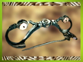 D'après une fibule, bronze et corail, Ve siècle avjc, La Tène, Gaule celtique, âge du Fer. (Marsailly/Blogostelle)