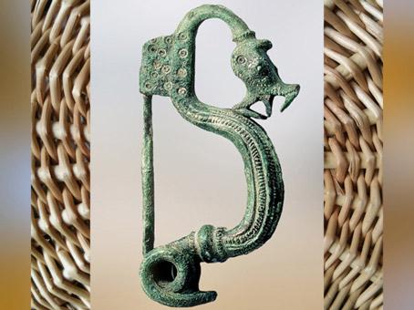 D'après fibule à arc, tête de dragon, IVe siècle avjc, La Tène, deuxième âge du Fer, art Celte. (Marsailly/Blogostelle)