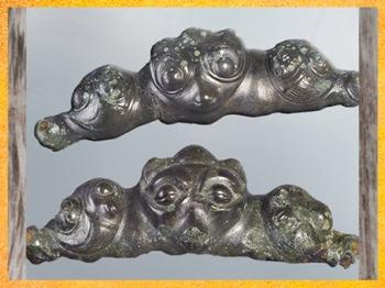 D'après des appliques à masques, yeux ouverts et clos, tombe à char, Val d'Oise, IIIe siècle avjc, La Tène, Gaule celtique, âge du Fer. (Marsailly/Blogostelle)