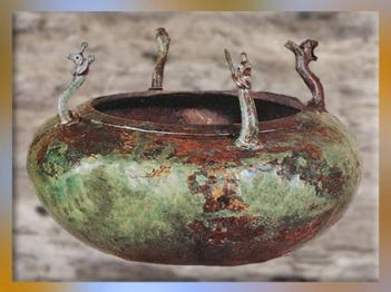 D'après un bassin aux griffons, bronze, tombe celte de la Dame de Vix, Bourgogne, Ve siècle avjc, fin Hallstatt-La Tène, âge du Fer. (Marsailly/Blogostelle)