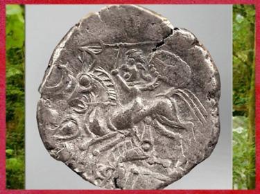 D'après un cavalier gaulois, statère osisme, Laniscat, electrum (or et argent), Bretagne, Ier siècle avjc, Gaule celtique. (Marsailly/Blogostelle)