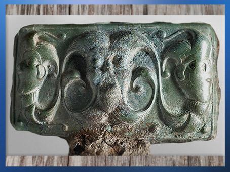 D'après des figures surnaturelles, clavette de char, bronze, tombe d'Orval, Manche, IIIe siècle avjc, La Tène, Gaule celtique, art Celte. (Marsailly/Blogostelle)