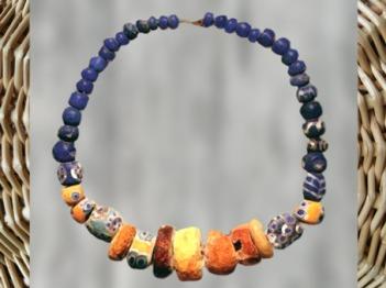 D'après un collier, perles de verre, Ve siècle avjc, Gaule celtique, âge du Fer. (Marsailly/Blogostelle)