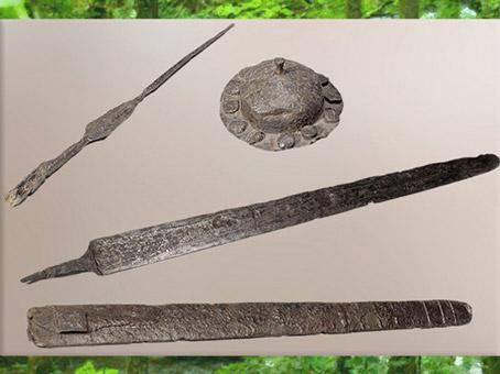 D'après une panoplie guerrière, épée et fourreau, pointe de lance et umbo (protubérance centrale d'un bouclier), fer, La Tène, Gaule celtique. (Marsailly/Blogostelle)