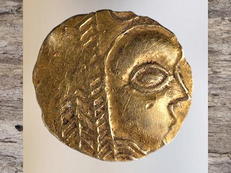 D'après un visage, statère en or, vers 475 – 50 avjc, La Tène, Lorraine, Gaule celtique, âge du Fer. (Marsailly/Blogostelle)
