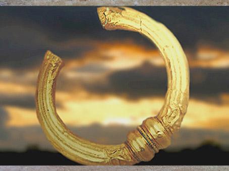 D'après un torque de la fin de l'âge du Fer, or, style sévère, La Tène, Ier siècle avjc, Gaule Celtique. (Marsailly/Blogostelle)