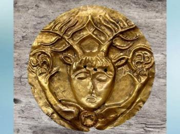 D'après le dieu celtique à bois de cerf, qui brandit deux triskèles, phalère en or, Ier siècle avjc, La Tène, âge du Fer, art Celte. (Marsailly/Blogostelle)