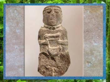 D'après la statuette à la lyre, Côtes-d'Armor, France, Ier siècle avjc, Gaule celtique. (Marsailly/Blogostelle)