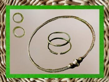 D'après un torque et des bracelets en bronze, anneaux en verre, sépulture féminine, Aisne, La Tène, Gaule Celtique, âge du Fer. (Marsailly/Blogostelle)