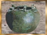D'après le chaudron à motifs de lions, bronze, tombe celte du prince de Hochdorf, Stuttgart, Allemagne, Premier âge du Fer. (Marsailly/Blogostelle)