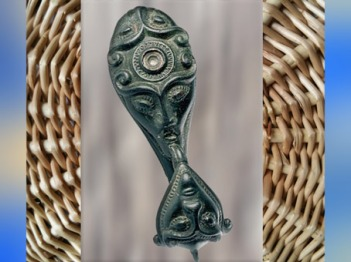D'après une fibule en bronze, Slovenské Pravno, Slovaquie, vers 400 avjc, La Tène, âge du Fer, art Celte. (Marsailly/Blogostelle)