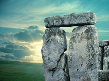 D'après les mégalithes de Stonehenge, Grande-Bretagne, période Néolithique. (IMarsailly/Blogostelle)