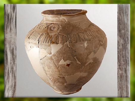 D'après un vase à décor incisé et imprimé, motif de rouelles et svastika, terre cuire, La Tène, âge du Fer. (Marsailly/Blogostelle)