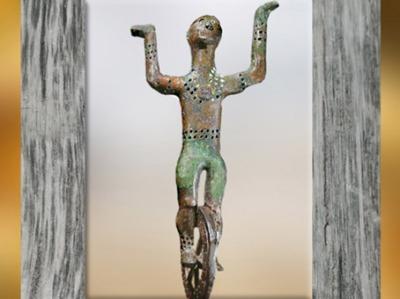 D'après un acrobate, bronze, décor du lit, tombe celte du prince de Hochdorf, Stuttgart, Allemagne, Premier âge du Fer. (Marsailly/Blogostelle)