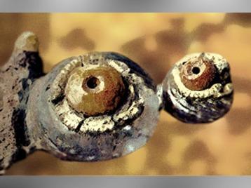 D'après une fibule en fer, corail et or, VIe siècle avjc, nécropole de Bucy-le-Long, Aisne, Gaule celtique. (Marsailly/Blogostelle)