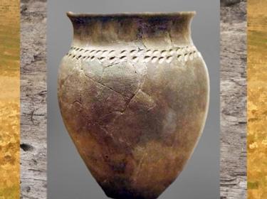 D'après un vase à décor incisé et imprimé, terre cuire, La Tène, âge du Fer, Gaule celtique. (Marsailly/Blogostelle)