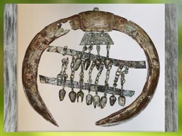 D'après une parure, défenses de sanglier et bronze, tombe celte de la Dame de Heuneburg, Allemagne, VIe siècle avjc, période de Hallstatt, Premier âge du Fer. (Marsailly/Blogostelle)