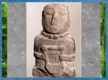 D'après la statuette à la lyre, sans doute en tailleur, Ier siècle avjc, Côtes-d'Armor, France, Gaule celtique. (Marsailly/Blogostelle)
