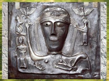 D'après une déesse celtique, torque, oiseaux, chaudron de Gundestrup, or et argent, Ier siècle avjc, Danemark, art Celte, âge du Fer. (Marsailly/Blogostelle)
