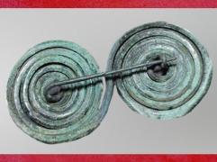 D'après une grande fibule en bronze, période de Hallstatt, premier âge du Fer. (Marsailly/Blogostelle)