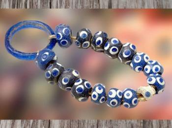 D'après un collier en perles de verre, vers Ve siècle avjc, La Tène, âge du Fer, art Celte. (Marsailly/Blogostelle)