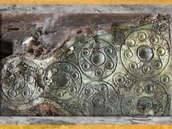 D'après protège-chanfrein de cheval, feuille de bronze, tombe de la Dame de Heuneburg, Allemagne, VIe siècle avjc, période de Hallstatt, Premier âge du Fer. (Marsailly/Blogostelle)