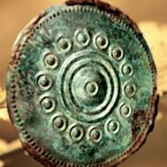 D'après un disque parure en bronze à décor de bossettes, âge du Fer. (Marsailly/Blogostelle)