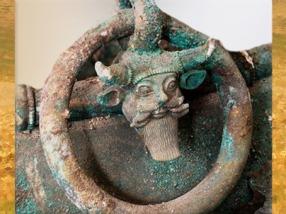 D'après le dieu fluvial Acheloos, cornu et casqué, tombe celte de Lavau, Ve siècle avjc, fin Hallstatt-La Tène, âge du Fer. (Marsailly/Blogostelle)