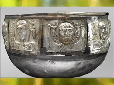D'après le chaudron de Gundestrup, divinités celtiques, or et argent, Ier siècle avjc, Danemark, art Celte, âge du Fer. (Marsailly/Blogostelle)