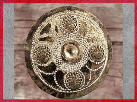 D'après une phalère, bronze ajouré, pièce de harnachement, mobilier funéraire celte, Champagne, IVe siècle avjc, Gaule celtique, La Tène,deuxième âge du Fer. (Marsailly/Blogostelle)