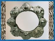 D'après un bracelet, à motifs de triskèles, bronze, style plastique, IIIe siècle avjc, La Tène, Tarn, Gaule celtique, âge du Fer. (Marsailly/Blogostelle)