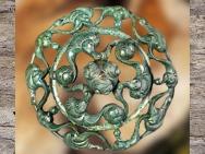 D'après une applique, bronze, dit Dôme aux dragons, style plastique, tombe à char, Val d'Oise, IIIe siècle avjc, La Tène, Gaule celtique, âge du Fer. (Marsailly/Blogostelle)