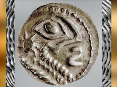 D'après un statère gaulois, or, oeil et symbole solaire, IIe-Ie siècle avjc, Rouen, La Tène, Gaule celtique. (Marsailly/Blogostelle)