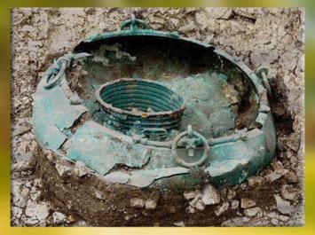 D'après des récipients en bronze, tombe princière celte de Lavau, Ve siècle avjc, fin Hallstatt-La Tène, âge du Fer. (Marsailly/Blogostelle)