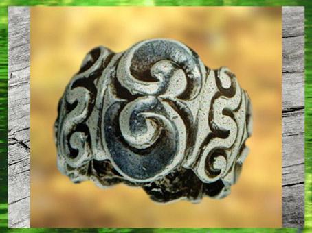 D'après un bracelet à fort relief, style plastique, bronze, IIIe siècle avjc, La Tène, Gaule celtique, France, art Celte. (Marsailly/Blogostelle)