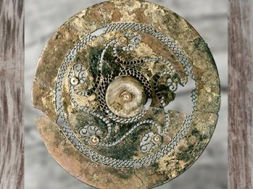 D'après un disque en bronze, tombe à char d'un enfant, Semide, région de Acy-Romance, Ardennes, Ve-IVe siècle avjc, La Tène, Gaule celtique, âge du Fer. (Marsailly/Blogostelle