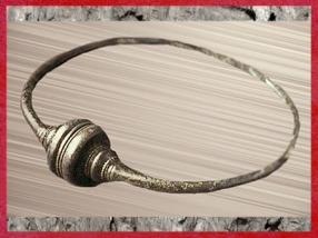 D'après un torque, bronze, tampons en timbale, Picardie, La Tène, Gaule celtique, âge du Fer. (Marsailly/Blogostelle)