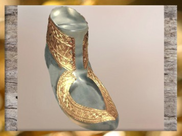 D'après les sandales du prince de Hochdorf, feuille d'or, Stuttgart, Allemagne, Premier âge du Fer. (Marsailly/Blogostelle)