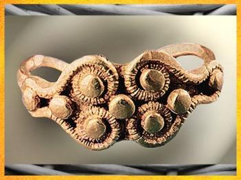 D'après une bague en or, Picardie, période de La Tène, Gaule celtique, âge du Fer. (Marsailly/Blogostelle)