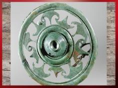 D'après une fibule ajourée, bronze, civilisation de Hallstatt, Dürrnberg, Autriche, premier âge du Fer, art Celte. (Marsailly/Blogostelle)