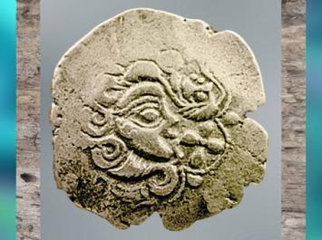 D'après un statère des Parisii, visage stylisé, électrum (or et argent), Laniscat, Bretagne, Ier siècle avjc, La Tène, Gaule celtique. (Marsailly/Blogostelle)