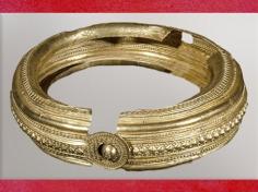 D'après un torque en or, motifs solaires et frises, VIe siècle avjc, Uttendorf, période de Hallstatt, premier âge du Fer, art Celte. (Marsailly/Blogostelle)