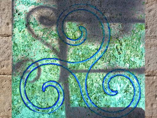 D'après le motif du triscèle celtique à spirales. (Marsailly/Blogostelle)
