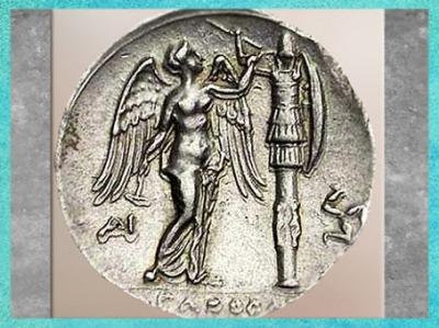 D'après un trophée et victoire ailée, monnaie grecque de Syracuse, IVe-IIIe siècle avjc. (Marsailly/Blogostelle)