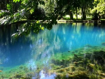 D'après Les Fontaines Bleues, dites La Fontaine aux Fées, château de Beaulon, Charente Maritime, France. (Marsailly/Blogostelle)